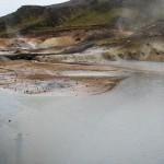 damp og jord der er nedbrudt af svovlsyre, og svovlaflejringer i Krísuvík.