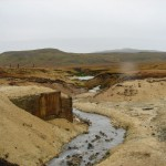 damp og jord der er nedbrudt af svovlsyre, og svovlaflejringer i Krísuvík. (2)