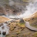 damp og jord der er nedbrudt af svovlsyre, og svovlaflejringer i Krísuvík. (3)