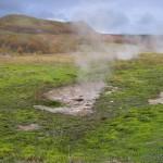 damp og jord der er nedbrudt af svovlsyre, og svovlaflejringer i Krísuvík. (4)