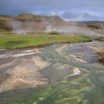 damp og jord der er nedbrudt af svovlsyre, og svovlaflejringer i Krísuvík. (5)