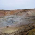 damp og jord der er nedbrudt af svovlsyre, og svovlaflejringer i Krísuvík. (6)