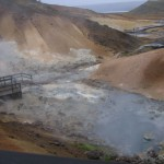 damp og jord der er nedbrudt af svovlsyre, og svovlaflejringer i Krísuvík. (7)