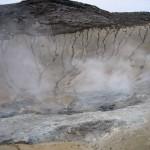 damp og jord der er nedbrudt af svovlsyre, og svovlaflejringer i Krísuvík. (8)